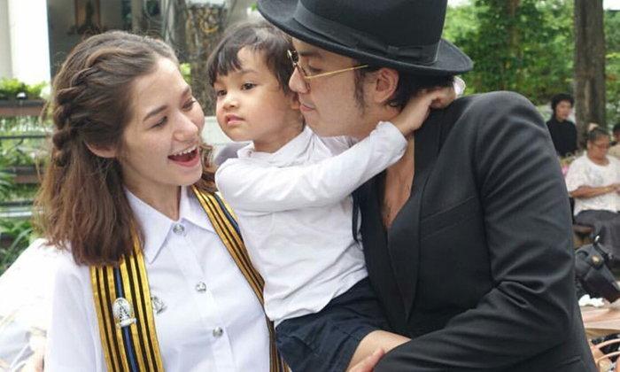 ภาพน่ารัก วี วิโอเลต รับปริญญา แอมมี่ อุ้มลูกสาวร่วมยินดี