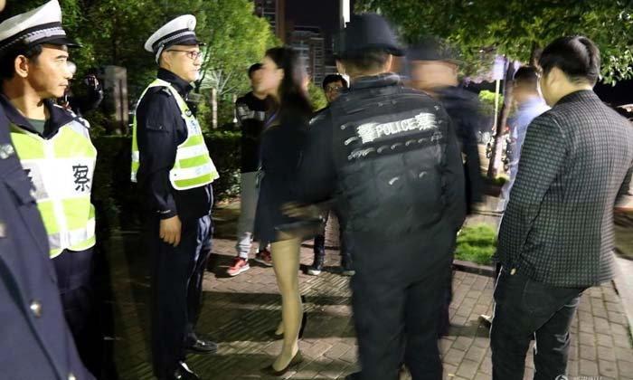 หญิงจีนตบตีตัวเอง โวยตำรวจ หลังจับแฟนหนุ่มฐานเมาแล้วขับ