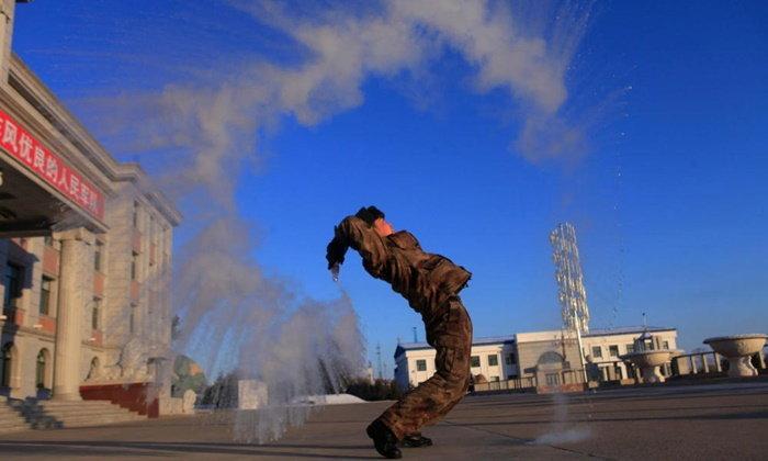 ทหารชายแดนจีนสาดน้ำร้อนในอากาศหนาวจัด กลายเป็นเกร็ดน้ำแข็งฟุ้งสวยงามราวเป็นลูกธนูน้ำแข็ง