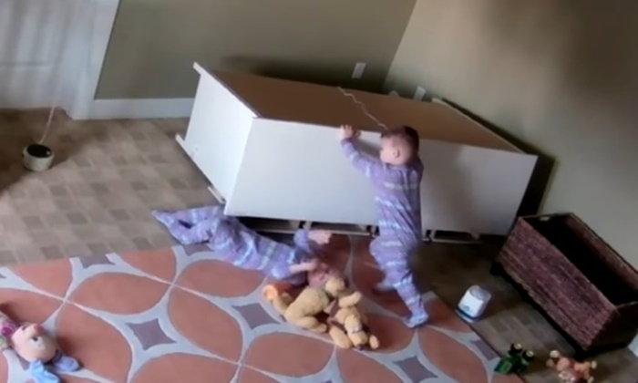หนูน้อยแฝด 2 ขวบ ใช้พลังช่วยน้องชายถูกตู้ล้มทับใส่