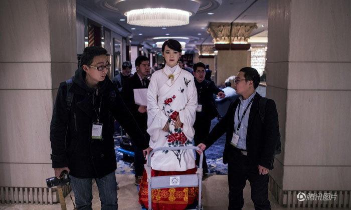 """""""เจียเจีย"""" หุ่นยนต์สาวสวยชื่อดังของจีนปรากฏตัวอีกครั้ง"""