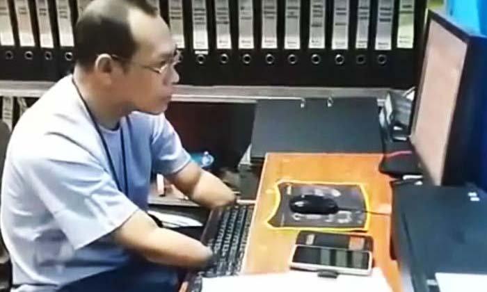 สุดทึ่ง! พบ 'ยอดตำรวจหัวใจแกร่ง' พิการแขน 2 ข้าง และขา 1 ข้าง เชี่ยวชาญคอมพิวเตอร์