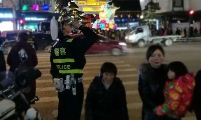 ดราม่าเบาๆ ชาวเน็ตจีนวิจารณ์ ตำรวจกินขนมขณะปฏิบัติหน้าที่