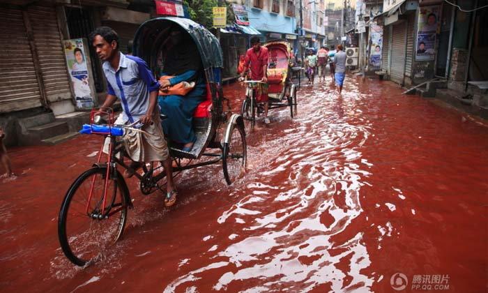 สุดสะพรึง! น้ำท่วมสีเลือดกลางเมืองหลวงบังคลาเทศ