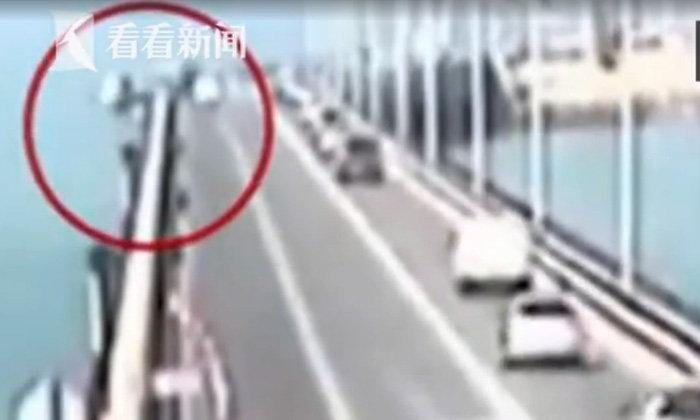 ระทึก! รถเทรลเลอร์หลบเก๋ง เสียหลักชนราวสะพานร่วงทะเล