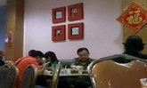 """""""ประชา มาลีนนท์"""" โผล่กินข้าวร้านอาหารกรุงพนมเปญ"""