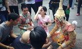 ชาวเน็ตปรบมือให้ ภาพนางรำโดดช่วยผู้บาดเจ็บริมถนน