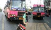 รถเมล์เฉี่ยวทับหัว 2 หนุ่มขี่ จยย.ตายสยองกลางถนน