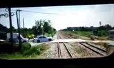 ถึงจุดได้ยังไง? คลิปชัดๆ รถไฟต้องจอดให้เก๋งผ่านไปก่อน