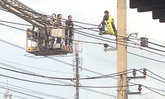 ชายคลั่งปีนเสาไฟฟ้ายอมลงแล้ว อ้างเครียดถูกจับ