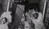 แชร์ว่อน! เปิดห้องขัง ให้ 2 สาว กอดจูบผู้ต้องหา ก่อนพาเผ่นหนี