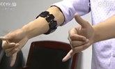 """สุดยอด! นักศึกษาจีนคิดค้น """"สายรัดแขนแปลภาษามือ"""""""
