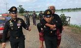 โซเชียลแชร์! นายทหารให้ยายวัย 89 ขี่หลัง พาไปให้ทันรับเสด็จ