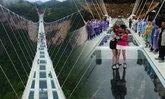 จีนทดสอบใช้ค้อนทุบกระจกสะพานลอยฟ้า หวาดเสียวที่สุดในโลก