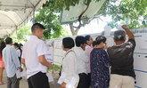 หญิงสูงอายุฉีกบัตรลงประชามติในจ.ปทุมธานี