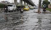 ปทุมฯฝนตกตลอดคืนน้ำท่วมขังถนนหลายแห่ง