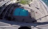 ภาพหวาดเสียว หนุ่มบ้าบิ่นโดดลงสระว่ายน้ำ จากตึกชั้น 6