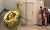 """เรียงคิวเข้าห้องน้ำ """"ชักโครกทองคำแท้"""" กดน้ำใช้ได้จริง"""