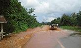 น้ำป่าทำถนนตากพัง-อุทัยฯคันกั้นฝายเสียหายหวั่นท่วม
