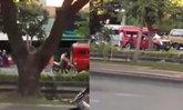 แชร์ว่อน คลิปรถแดงทะเลาะชาวบ้าน ถอยรถหวิดชน