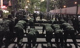 ชาวเน็ตทึ่ง! ทหารสร้างสะพานข้ามคืน ระบาย ปชช.ไปสนามหลวง
