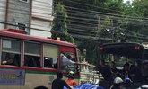 น้ำใจล้นเหลือ! ภาพหญิงเอื้อมมือ ส่งข้าวห่อให้คนขับรถเมล์