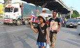 2พ่อลูกชาวนครสวรรค์เดินเท้ามุ่งแสดงความอาลัย
