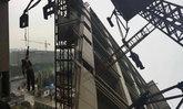 คนงานก่อสร้างลื่นตกเครนยก ห้อยค้างกลางอากาศนานครึ่งชม.