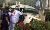 รถตู้หลับใน พุ่งชนเสาไฟฟ้าคนขับบาดเจ็บ