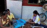 ชาวบ้านเดื่อรวมกลุ่มแกะมะขามเปียกขายคึกคัก