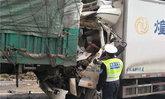 ยอมใจ! รถบรรทุกชนท้ายรถพ่วง คนขับเจ็บหนักแต่ยังเล่นมือถือรอกู้ภัยช่วย