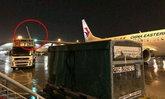 ระทึกเบาๆ รถขนส่งเสบียงชนปีกเครื่องบินที่สนามบินฮ่องกง
