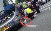 ชายจีนมุดใต้ท้องรถเมล์แกล้งถูกชน ตำรวจโยนเงินล่อออกมา