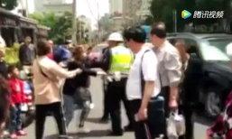 หญิงจีนถีบรถ ทำร้ายตำรวจ หลังถูกเรียกตรวจเพราะขี่จยย.ผิดกฎจราจร