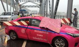 ฝนถล่มกรุงฯ ทำเหล็กกั้นทะลุพุ่งรถแท็กซี่ โชเฟอร์เจ็บ