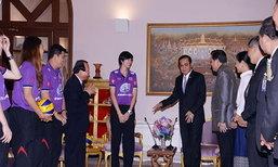 นายกโชว์เล่นวอลเลย์บอลให้กำลังใจสาวไทย