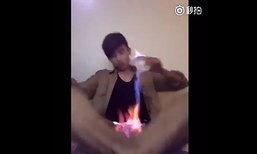 อุทาหรณ์! หนุ่มจีนโชว์เล่นกับไฟ พลาดทำร่วงใส่เป้าไฟลุกท่วม