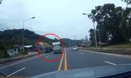 คลิปเสี้ยววินาทีชีวิต รถบรรทุกพุ่งใส่ หักหลบผิดฝั่งอาจไม่รอด