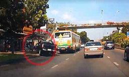 คลิปนาทีชีวิตรถกระบะเสียหลักพุ่งชนป้ายรถเมล์