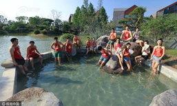 ฮือฮา! บ่อน้ำพุร้อนจีนให้หนุ่มสาวใส่ตู้โตวลงแช่น้ำด้วยกัน