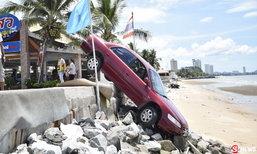 ระทึก! ลุงวัย 60 ป่วยกำเริบกะทันหัน ขับเก๋งหัวทิ่มลงชายหาด