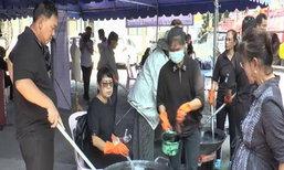 ชาวลพบุรีแห่นำเสื้อผ้าย้อมสีดำจำนวนมาก