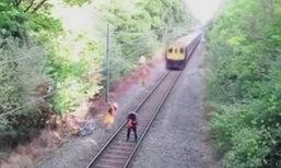 ชายจีนใส่หูฟังเพลงดัง รถไฟไล่ตามหลัง คนงานกระโจนช่วย