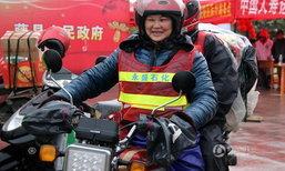 หนาวแค่ไหนก็ไม่หวั่น ย่าวัย 60 แว้นจยย.ผ่าฝนกลับบ้านฉลองตรุษจีน