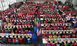 เด็กนักเรียนจีนเกือบพันคนทานข้าวพร้อมกัน แต่เป็นระเบียบสุดๆ