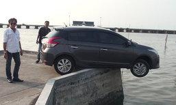 """สาวในข่าวขับรถเกือบตกทะเล แจง """"สามีเป็นคนขับ"""""""