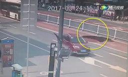 ถนนในจีนยุบตัวเป็นหลุมลึกรถบัสโดยสารหวิดตก