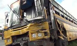 รถบัสรับส่งนักเรียนกว่า 100 คนเบรกแตก ชนยับ 6 คันรวด