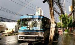 รถเมล์สาย 46 เสียหลักชนเสาไฟฟ้าหัก ถ.พระราม 4 ผู้โดยสารเจ็บ