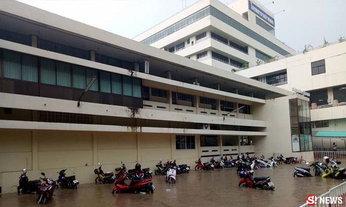 ฝนถล่ม! น้ำท่วมขังภายรพ.อ่างทอง สูงกว่า 50 ซม.